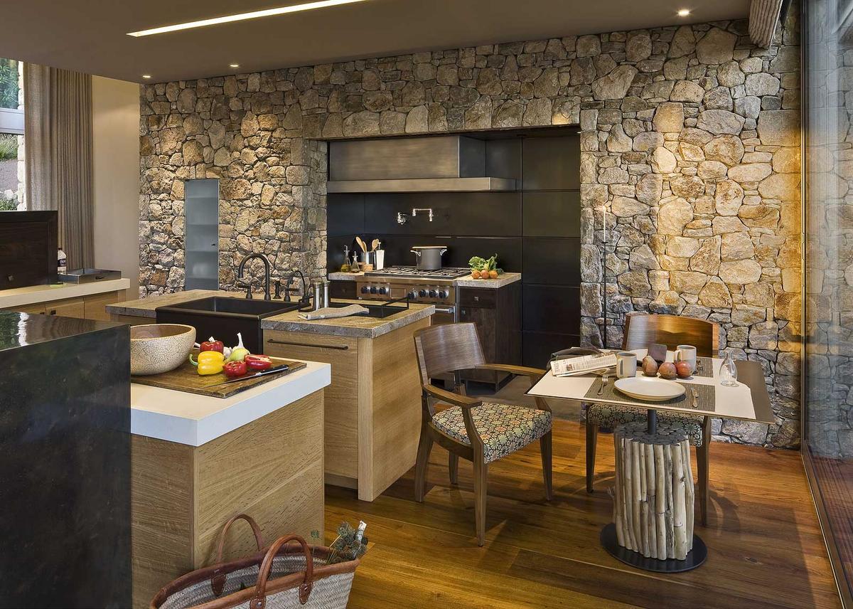 Стена из камня на кухне