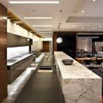 Мраморный стол на кухне