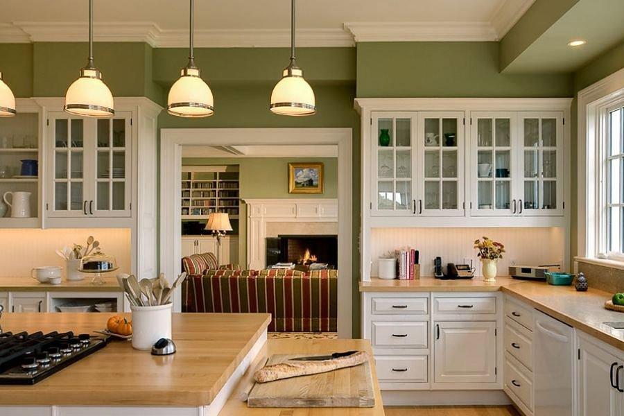 Крашенные стены на кухне в загородном доме