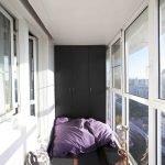 Черный шкаф на балконе