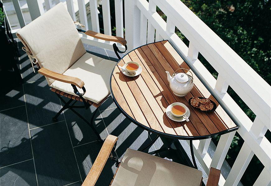Место для кофе на маленьком балконе