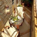 Керамическая плитка на полу маленького балкона