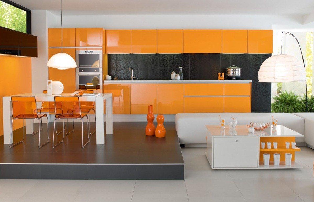 Черный фартук на оранжевой кухне