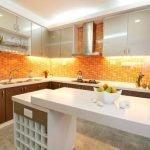 Оранжевый фартук и белая кухня