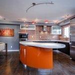 Оранжевая барная стойка на современной кухне