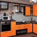 Стильная кухня в черно-оранжевом цвете
