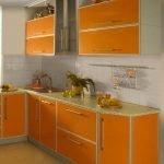 Небольшая оранжевая кухня в доме