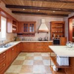 Огромная кухня с деревянной мебелью