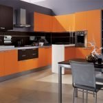Сочетание оранжевого с серым на кухне