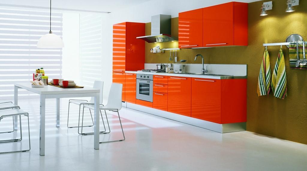 Белый пол и оранжевая мебель на кухне