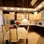Кухня с двухцветной мебелью