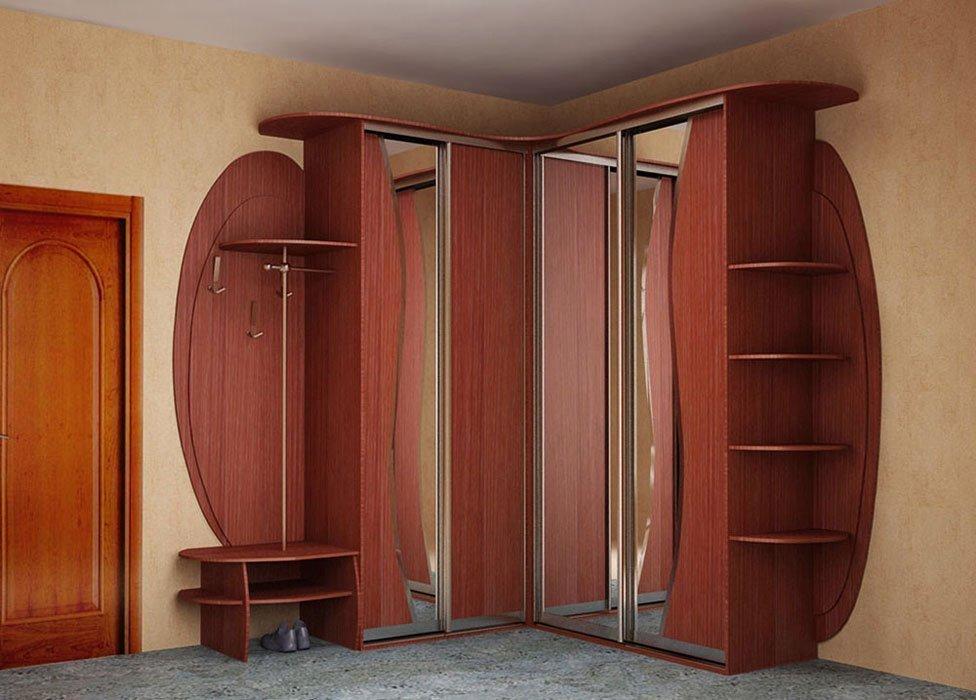 Корпусный шкаф в коридоре