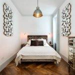 Светлые стены в небольшой спальне