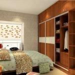Деревянный шкаф в маленькой спальне