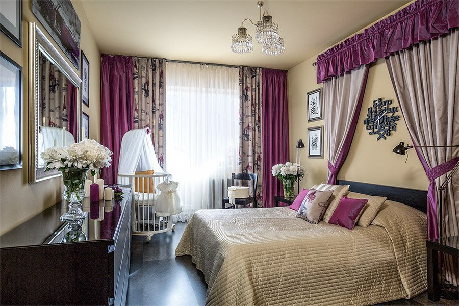 Изящная мебель в спальне с кроваткой для ребенка