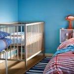 Декор спальни с детской кроваткой в синих тонах