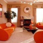 Оранжевые кресла и диван в гостиной
