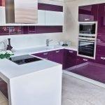 Кухня с фиолетовой мебелью
