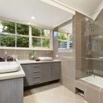 Светлая ванная комната с окном