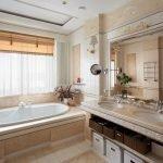 Большое зеркало и окно в ванной
