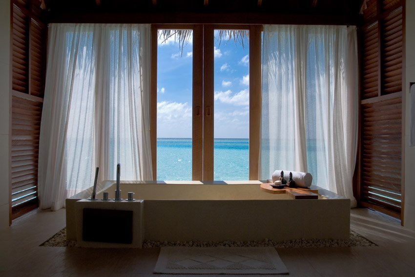 Шикарный вид из окна в ванной