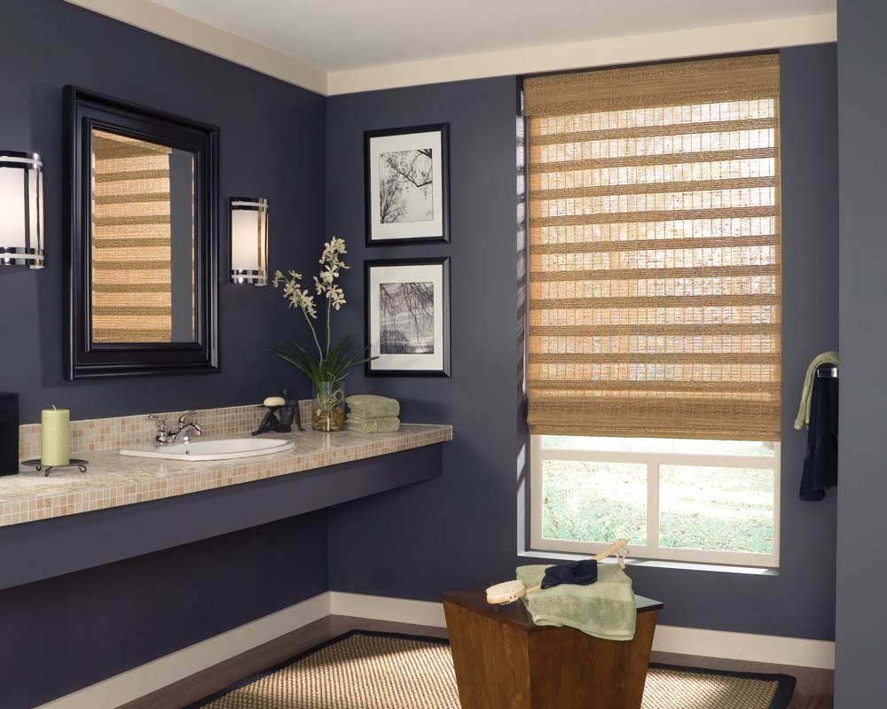 Римские шторы на окне в ванной комнате