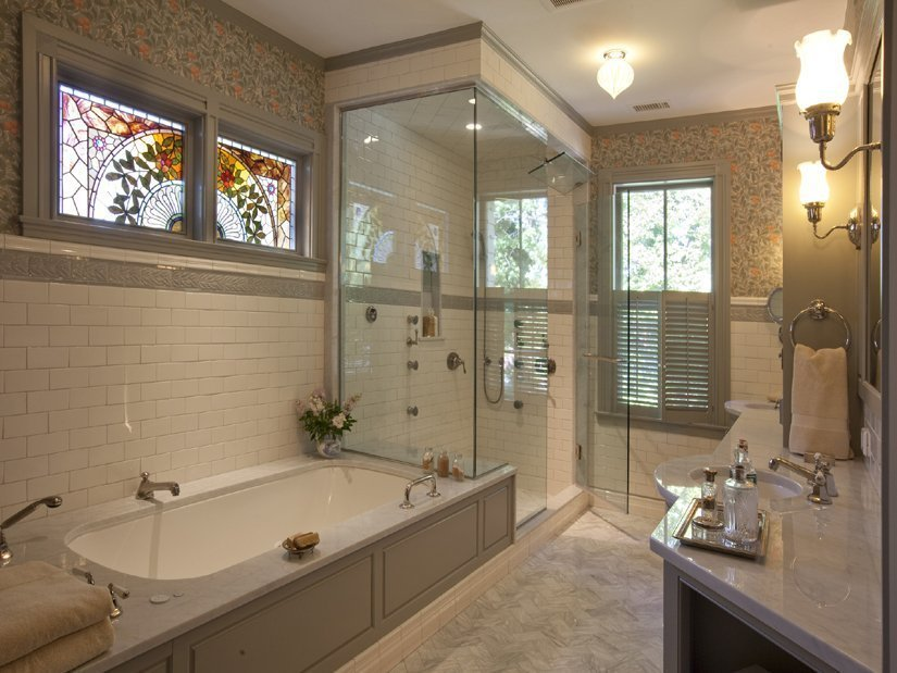 Небольшое окно в ванной комнате