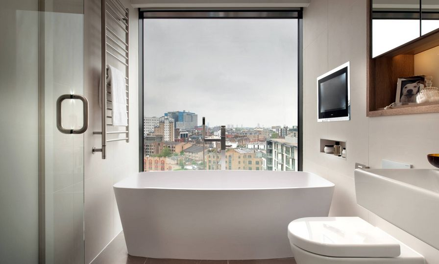 Окно в ванной комнате в квартире