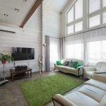 Зеленый коврик в светлой гостиной