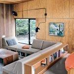 Угловой диван у окна