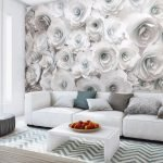 Белые розы на стене в гостиной комнате