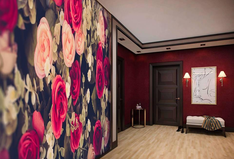 Розы на стене в прихожей