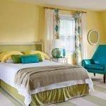 Бирюзовое кресло в спальне