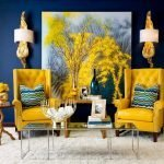 Горчичные кресла в синем интерьере