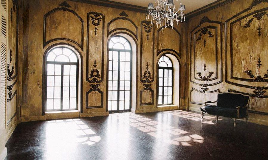 Стены с узорами в интерьере в готическом стиле