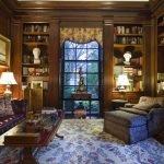 Лампы на столиках у кресла и дивана