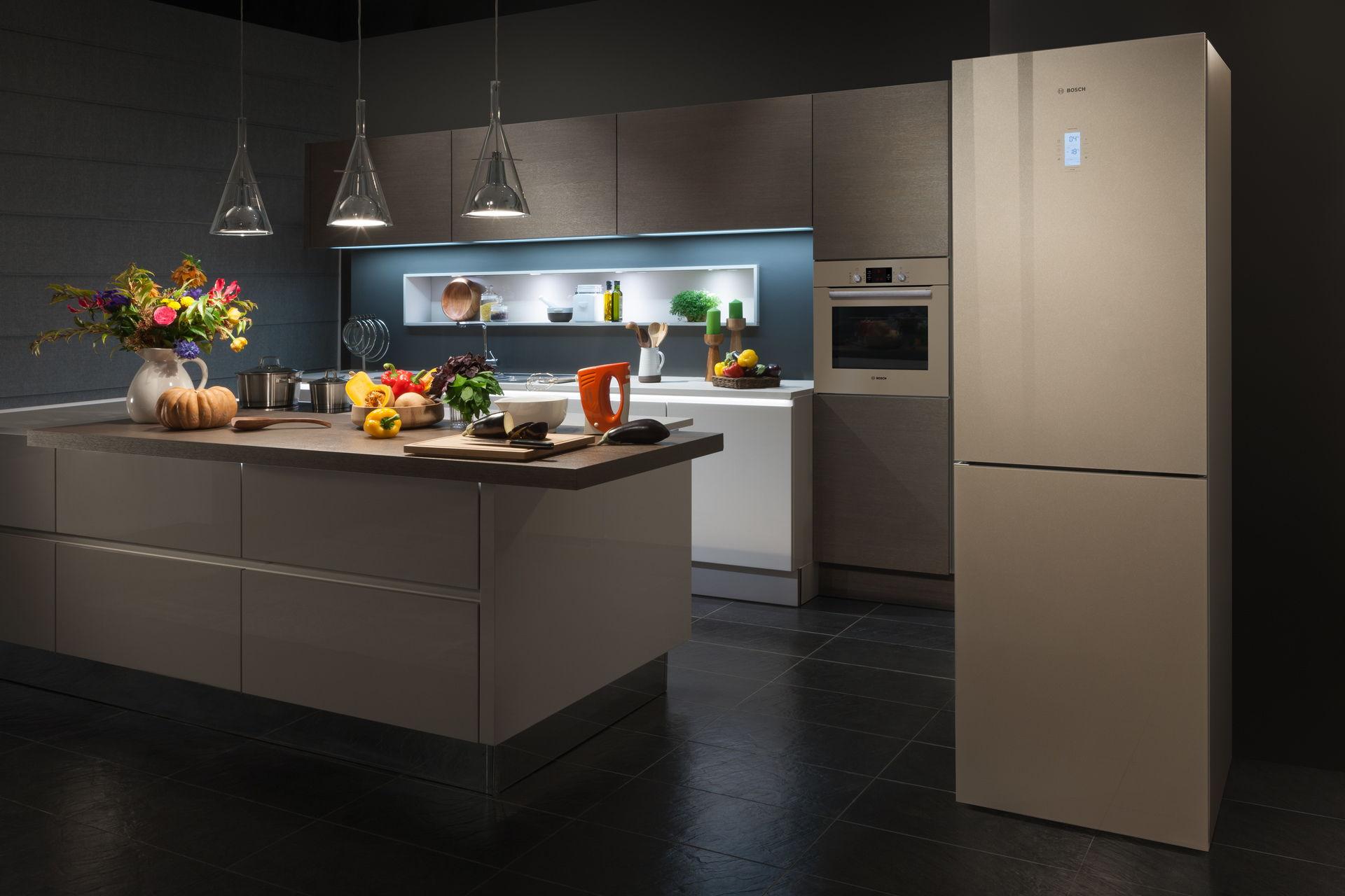 Современный интерьер кухни с холодильником