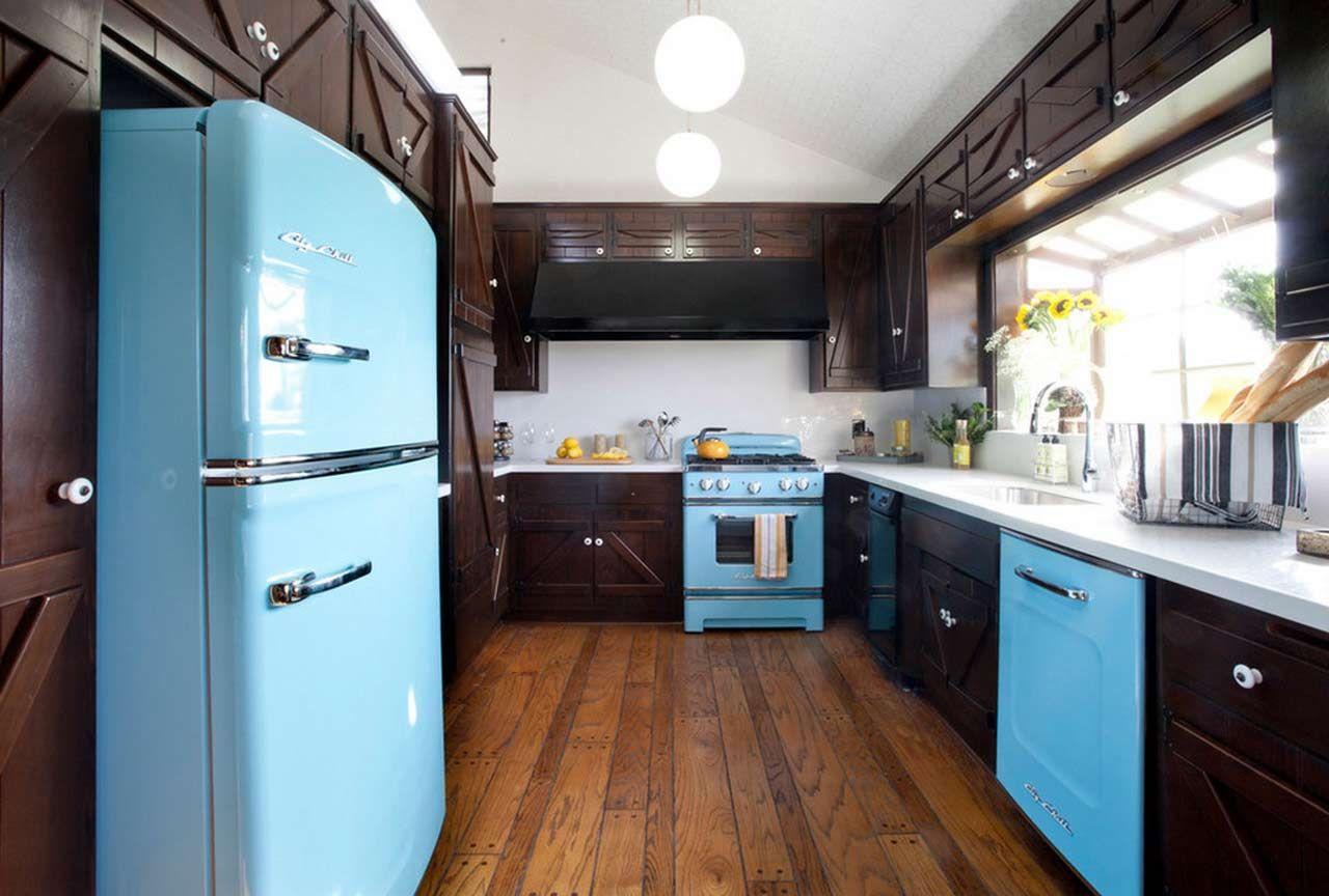Холодильник возле двери на кухне