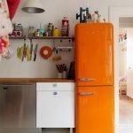 Интерьер с оранжевым холодильником