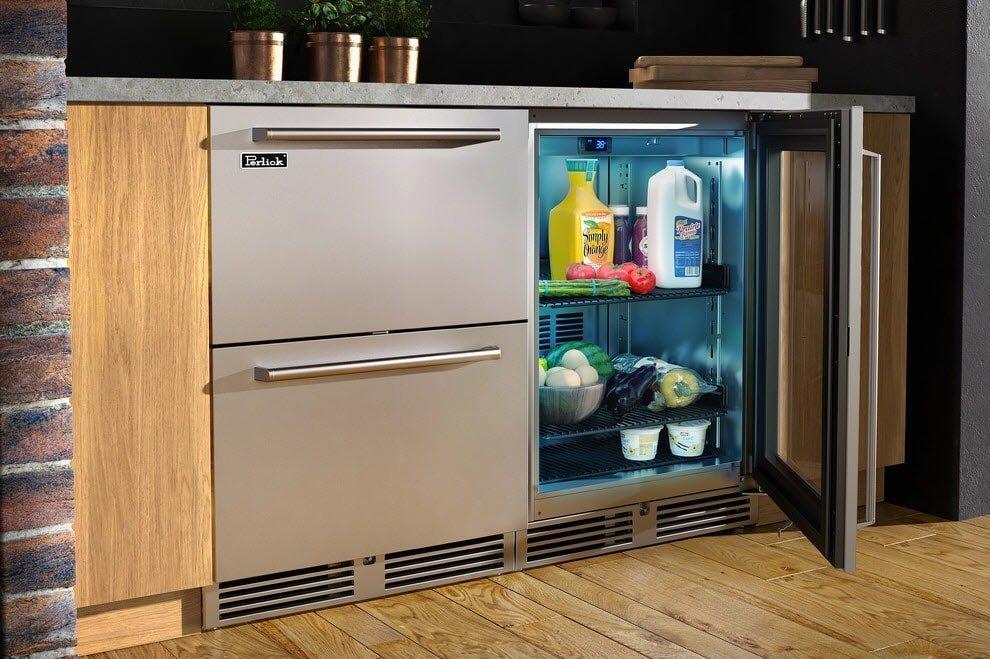 Холодильник под рабочей зоной на кухне