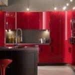 Красная мебель в интерьере кухни