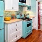 Бирюзовые плита и холодильник на кухне