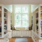 Белая мебель в домашней библиотеке