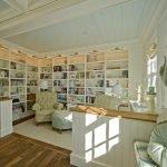Домашняя библиотека со светлым интерьером
