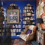 Синие книжные шкафы в оранжевом интерьере