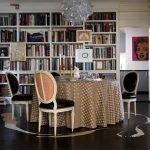 Интерьер столовой с домашней библиотекой