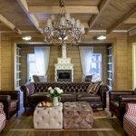 Стол в виде пуфиков у дивана