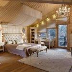 Столики с лампами у кровати