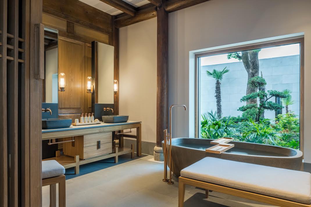 Ванная в восточном стиле с большим окном