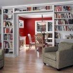 Большой книжный шкаф в гостиной